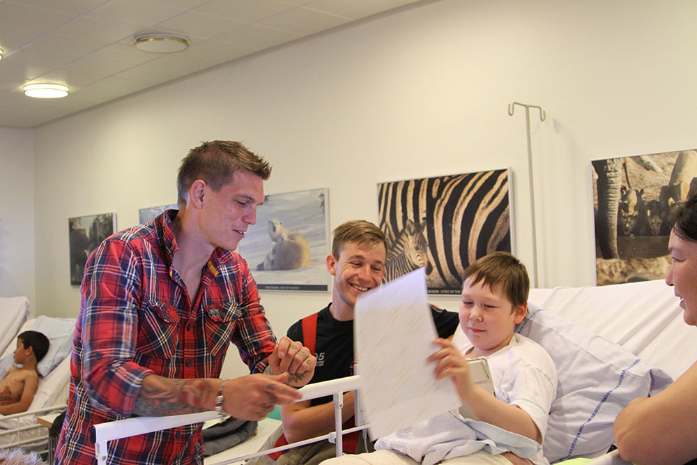 Daniel Agger visited the burn unit at Rigshospitalet